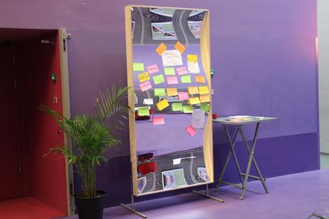 Un (sonrisa) espejo de posibilidades. Durante una reunión de la red, los visitantes pueden publicar su consulta de búsqueda en el espejo XXL con un post-it. ¡Iniciativa muy exitosa!