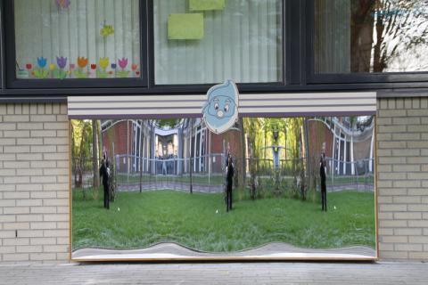 Guardería con espejo risa modelo Amsterdam XXL en el exterior.