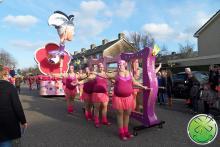 El grupo de caminantes de Carnival Association Geval Aparte de Zwaag con nuestros espejos de risa.