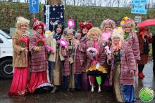 Espejo de risa de manos patrocinado por el club de carnaval con el primer premio como recompensa