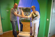 Ronald Kooij le presenta a Marijke Peer un bonito espejo móvil de risa para el VU MC KINDERSTAD.