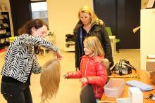 Explicación sobre cómo se hace una peluca al donante Senna en St. Haarwensen.